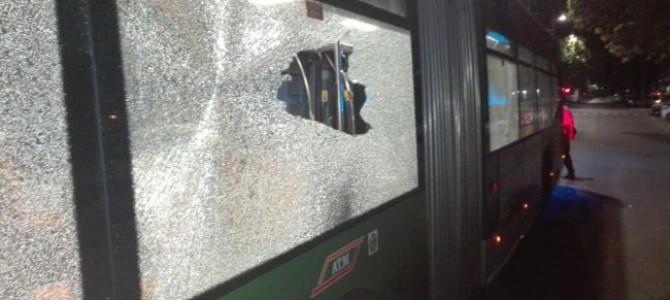 Filobus 90-91 bersagliato da una sparatoria in piazzale Lotto a Milanoe per fortuna l'autista era sceso poco prima.    Le immagini che abbiamo ricevuto e pubblichiamo dimostrano la drammaticità della condizione lavorativa ...